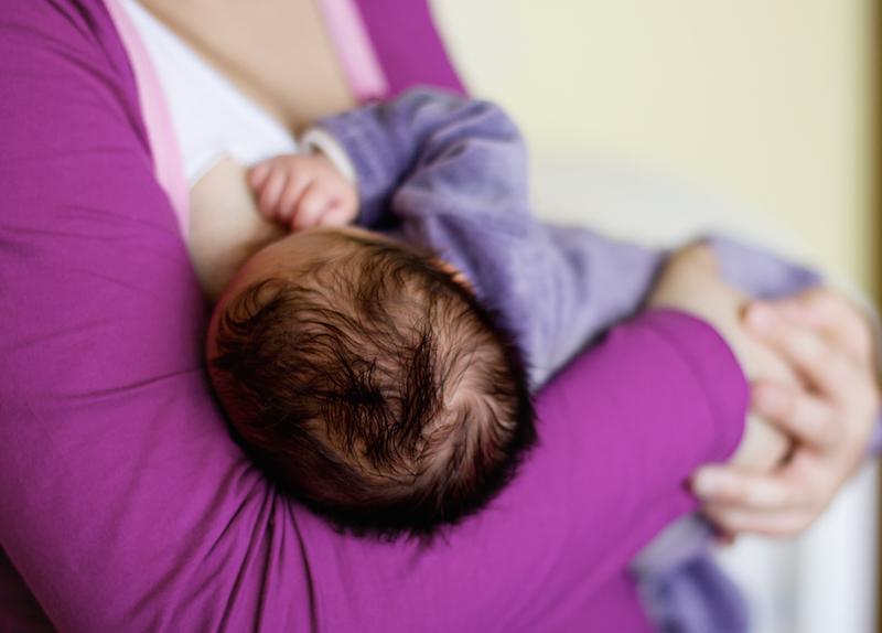 Ouders NVLborstvoeding Paars Baby Gevoed In Madonnahouding